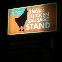 Foto tomada en Delia's Chicken Sausage Stand por Nikki el 6/21/2012