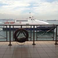 Foto diambil di Pulau Bukom Ferry Jetty oleh Russel A. pada 5/31/2012