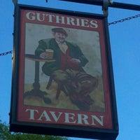 Foto tomada en Guthrie's Tavern por Jeanne S. el 6/21/2012