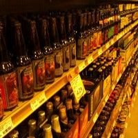 2/19/2012 tarihinde katie m.ziyaretçi tarafından Binny's Beverage Depot'de çekilen fotoğraf