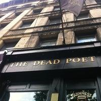 Foto tirada no(a) The Dead Poet por Nicole H. em 8/12/2012