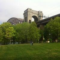Das Foto wurde bei Astoria Park von Matty U. am 4/21/2012 aufgenommen