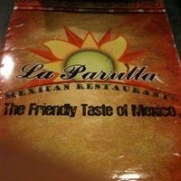Foto tomada en La Parrilla Mexican Restaurant por PJ T. el 7/21/2011