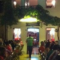 Photo prise au Neighbours Restaurant par Mehmet le7/7/2012