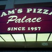 Das Foto wurde bei Sam's Pizza Palace von Celeste F. am 6/10/2012 aufgenommen
