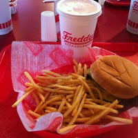 Foto scattata a Freddy's Frozen Custard and Steakburgers da Matthew C. il 5/11/2012