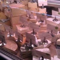 Foto tomada en Antonelli's Cheese Shop por Laura O. el 1/14/2012