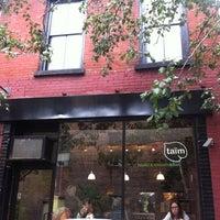 Foto diambil di Taïm Falafel and Smoothie Bar oleh Leonard S. pada 10/3/2011