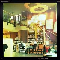 Foto tirada no(a) Starbucks por Paris P. em 2/15/2011