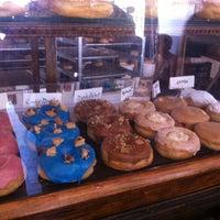 Das Foto wurde bei Dun-Well Doughnuts von Krista K. am 7/1/2012 aufgenommen