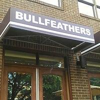 Das Foto wurde bei Bullfeathers von Andy M. am 7/12/2012 aufgenommen