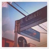Foto tirada no(a) Praça Benedito Calixto por Eve T. em 8/25/2012