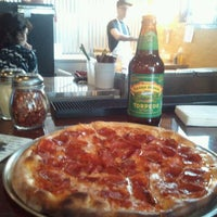 Foto tomada en Yellow Brick Pizza por lonny k. el 1/21/2012