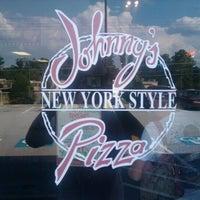 Photo prise au Johnny's New York Style Pizza par Charles R. le9/12/2011