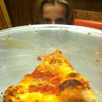 Photo prise au DeLorenzo's Pizza par Peter K. le8/26/2012