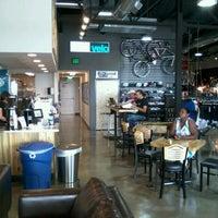 Foto tirada no(a) Cafe Velo por Michael G R. em 8/16/2012