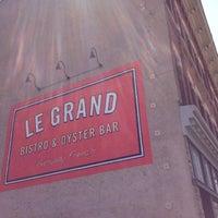 Photo prise au Le Grand Bistro & Oyster Bar par Adam S. le8/12/2012