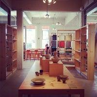 Photo prise au Heath Ceramics par Abby E. le7/15/2012