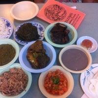 Foto tomada en Helena's Hawaiian Food por Vinh L. el 8/24/2012