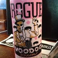 Foto scattata a Rogue Ales Public House & Distillery da Wacarra Y. il 8/18/2012