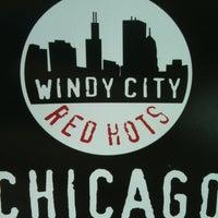 Das Foto wurde bei Windy City Red Hots - Ashburn von Julie M. am 6/19/2012 aufgenommen