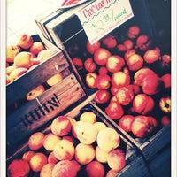 Foto tomada en 14th and U Farmer's Market por Stefanie K. el 7/21/2012