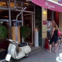 Foto diambil di Pizzeria Piccola L'Originale oleh Gian 8. pada 6/6/2011