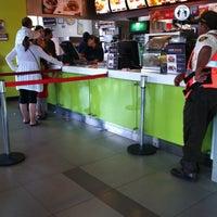 Foto tomada en McDonald's por Luz María H. el 4/21/2012