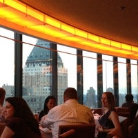 Photo prise au The View Restaurant & Lounge par Mandy L. le7/28/2012