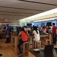 Foto tirada no(a) Microsoft Store por Brian S. em 4/22/2012