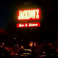 Foto tomada en Jackson's Bar & Bistro por Niki M. el 5/30/2011
