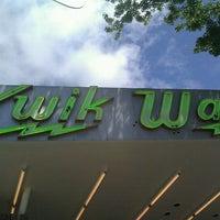 รูปภาพถ่ายที่ Kwik Way Drive-In โดย DisaBee เมื่อ 4/24/2011