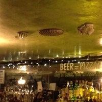 Foto diambil di Crocodile Lounge oleh Jen M. pada 4/4/2012