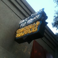 Photo prise au Gladys Knight's Signature Chicken & Waffles par Jose M. le7/27/2011