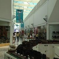 Foto diambil di Galería Del Calzado oleh Roberto C. pada 6/2/2012