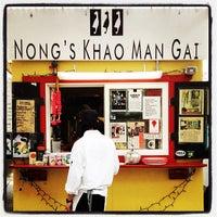 Foto tomada en Nong's Khao Man Gai por Aaron L. el 2/1/2012