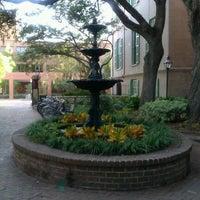 Foto tirada no(a) Cougar Mall, College of Charleston por VC S. em 10/27/2011