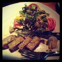 Das Foto wurde bei Houston's Restaurant von Nohariz Iris G. am 8/6/2012 aufgenommen