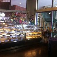 Das Foto wurde bei Romeo's Euro Cafe von Kim R. am 6/18/2012 aufgenommen