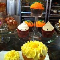 รูปภาพถ่ายที่ The Yellow Leaf Cupcake Co โดย Yiling W. เมื่อ 10/23/2011