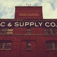 Foto tirada no(a) Schoolhouse Electric & Supply Co. por Jeff W. em 6/9/2012