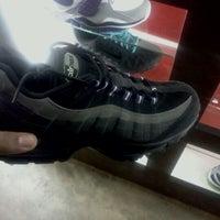 Foto tirada no(a) Sneaker Villa por Matthew P. em 11/16/2011