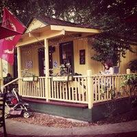 รูปภาพถ่ายที่ Hidden House Coffee โดย Debbie M. เมื่อ 7/14/2012