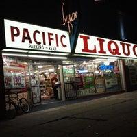 Foto tirada no(a) Pacific Liquor por Christian V. em 6/28/2012