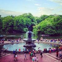 Foto scattata a Bethesda Fountain da Jonathan M. il 5/13/2012