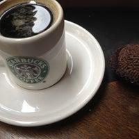 Foto tirada no(a) Starbucks por Rafael T. em 2/12/2012