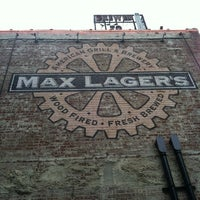 Foto tomada en Max Lager's Wood-Fired Grill & Brewery  por Danielle W. el 7/20/2012