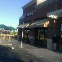 Снимок сделан в Starbucks пользователем Leslie B. 11/18/2011
