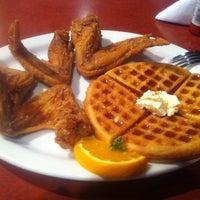 Photo prise au Gladys Knight's Signature Chicken & Waffles par Shawn K. le9/16/2011