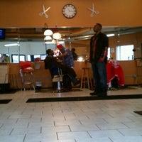 12/14/2011 tarihinde JL J.ziyaretçi tarafından Lifestyles Barber and Sneaker Shop'de çekilen fotoğraf
